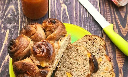 Pane da colazione al cioccolato e albicocche