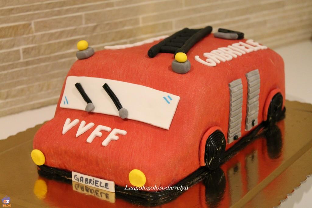 """Torta """"Camion dei pompieri"""" in pasta di zucchero"""