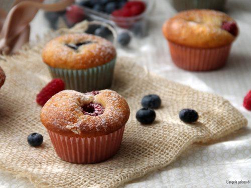 Muffin allo yogurt con mirtilli e lamponi