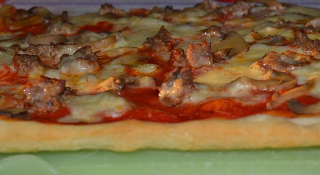 Pizza funghi e salsiccia