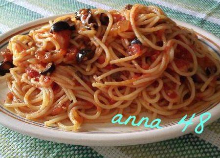 Spaghetti pomodoro olive capperi