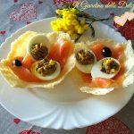 Uova ripiene e salmone su cialda