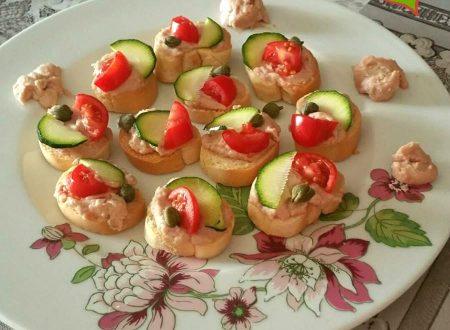 Mini bruschette con mousse di tonno