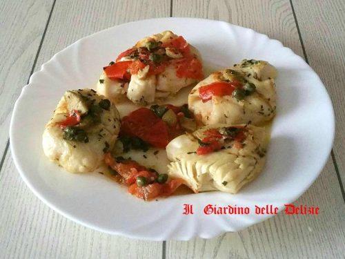 Merluzzo al forno con pomodoro olive e capperi
