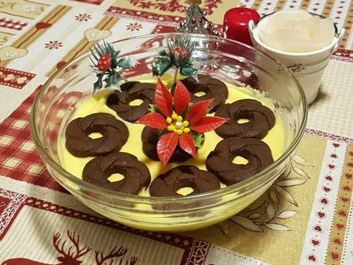 Dolce con crema e biscotti al cacao e latte