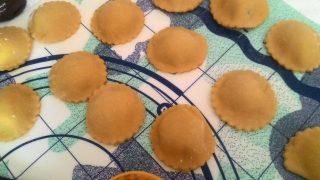 ravioli di patate e gamberi su vellutata di fave