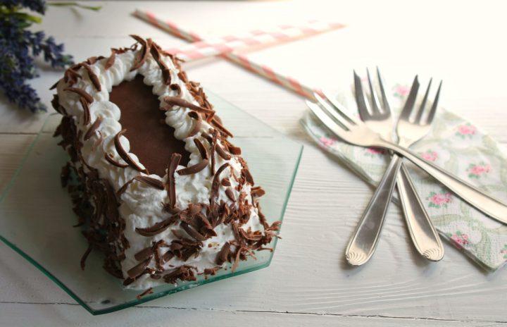 tronchetto gelato con sfoglie di cioccolato