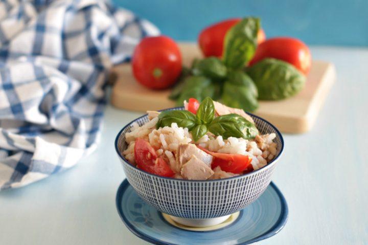 insalata di riso con tonno e pomodori