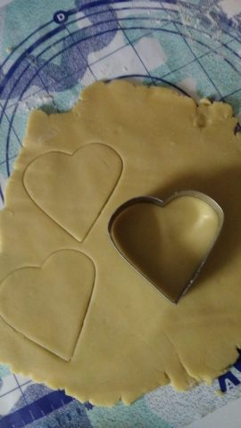 biscotti cuore decorati con pasta di zucchero