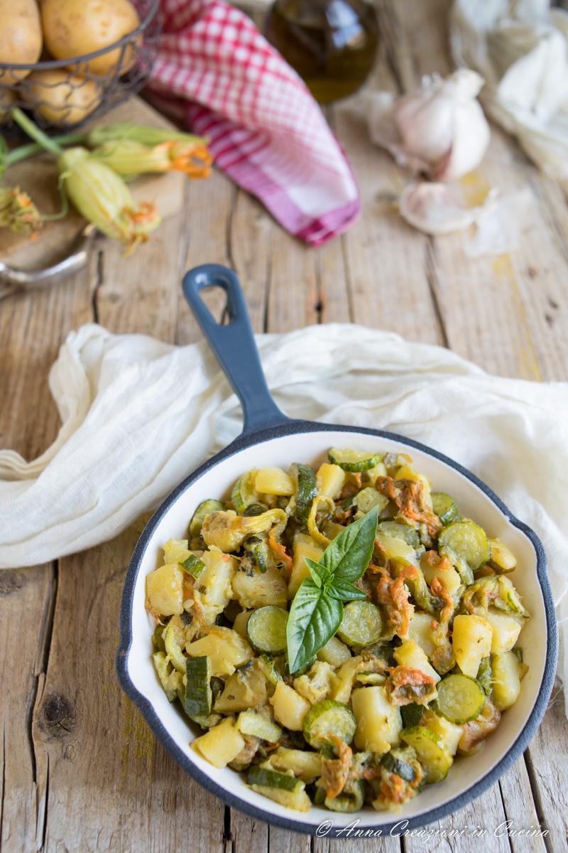 Zucchine patate e fiori di zucca in padella