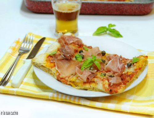 Pizza con prosciutto crudo e capperi