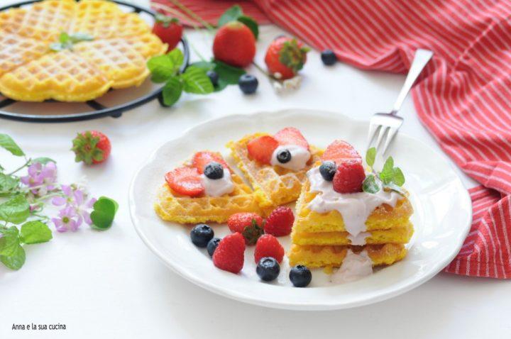 Waffle con yogurt e frutta fresca