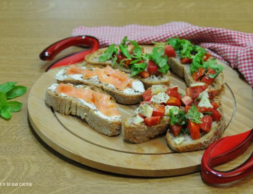 Bruschette miste con pomodoro e formaggio