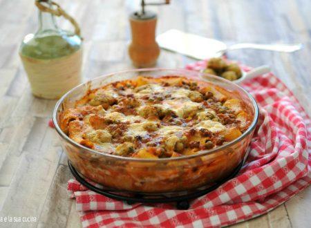 Rigatoni al forno con ragù, piselli e polpettine