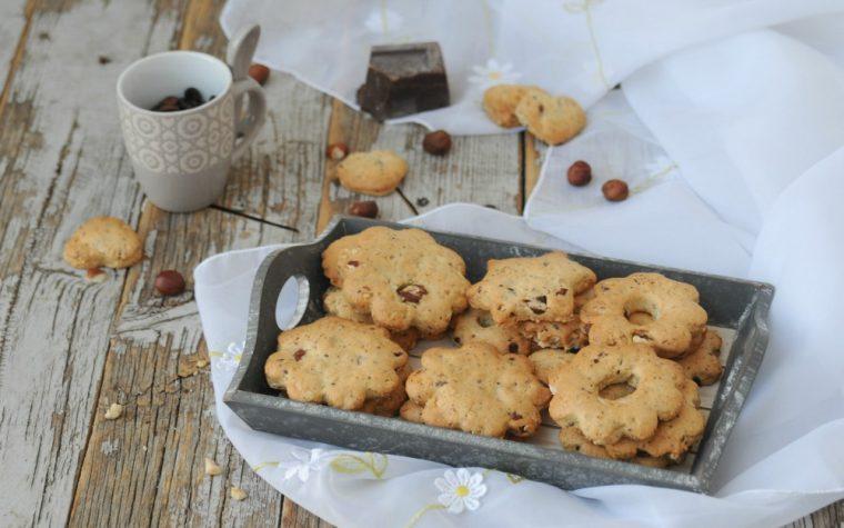 Frollini con nocciole e gocce di cioccolato