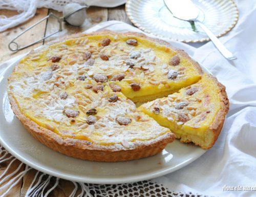 Crostata con crema e frutta secca