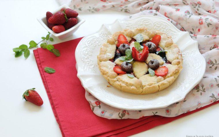 Crostata con farcia alle mandorle e frutta