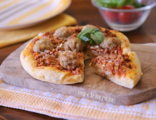 Pizza con ragù di carne e polpette