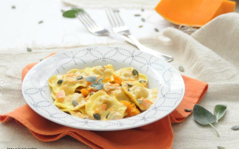 Ravioli con impasto e ripieno di zucca e formaggi
