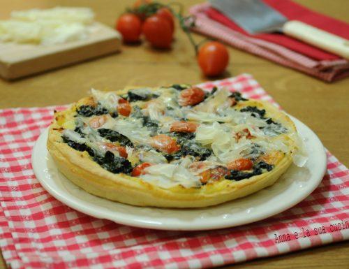 Pizza con patate spinaci pomodorini e scaglie