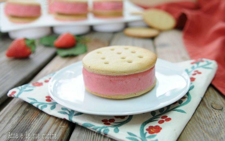 Gelato biscotto alla fragola e yogurt