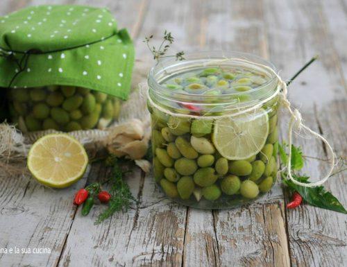 Olive verdi in salamoia e aromi