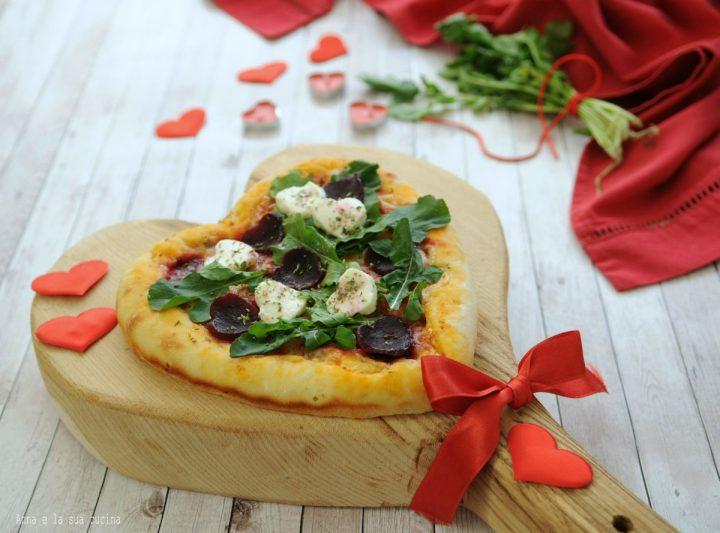 Pizza a cuore con barbabietola