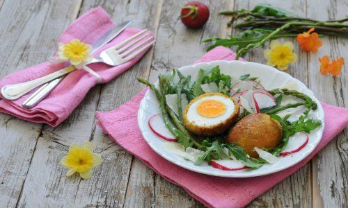 Uova sode impanate con insalatina mista