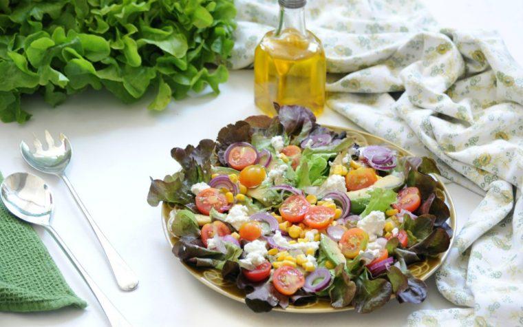 Insalata mista con verdure e fiocchi di latte