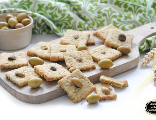 Biscotti salati con olive e capperi
