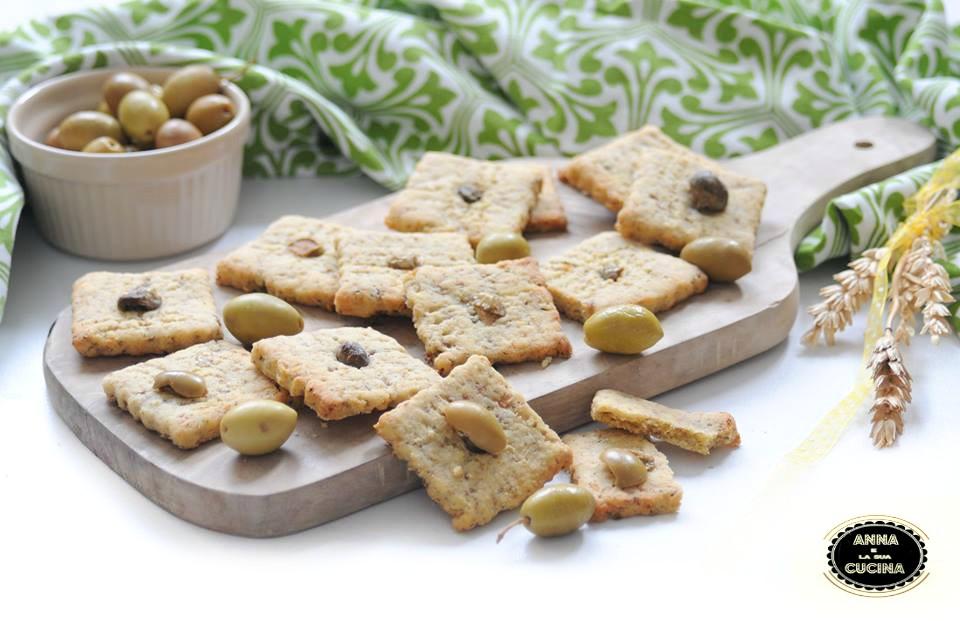 Biscotti salate con olive e capperi