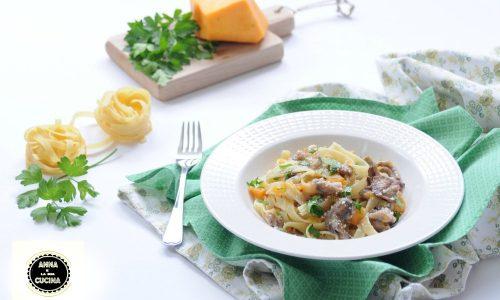 Tagliatelle con funghi zucca e salsiccia