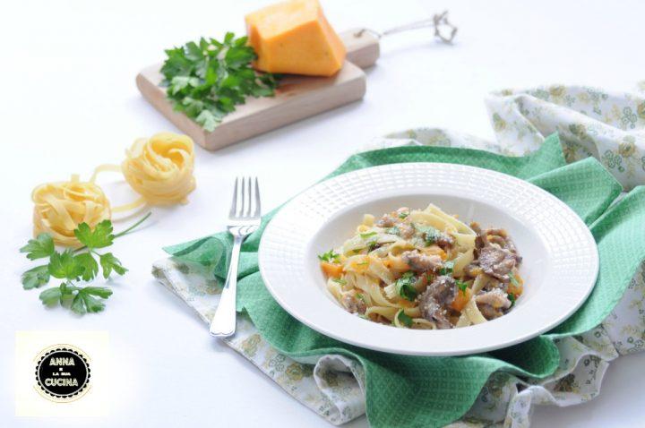 Tagliatelle con funghi, zucca e salsiccia