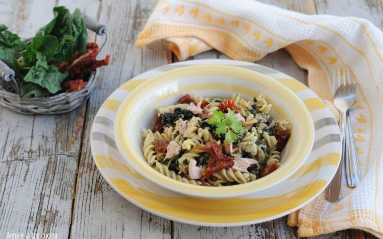 Pasta con spinaci tonno e pomodori secchi