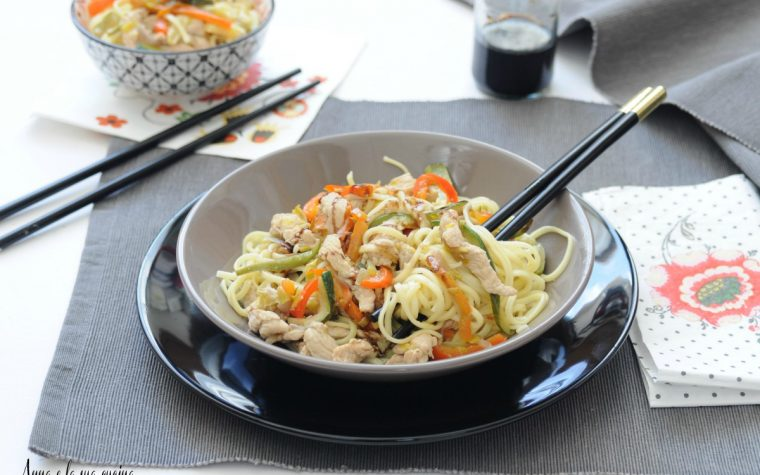 Noodles con pollo e verdure croccanti