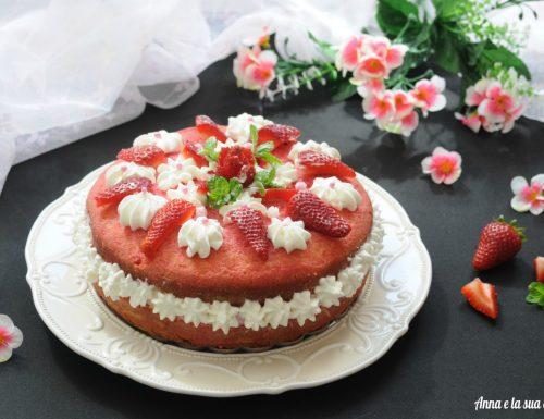 Torta di fragole con crema e panna