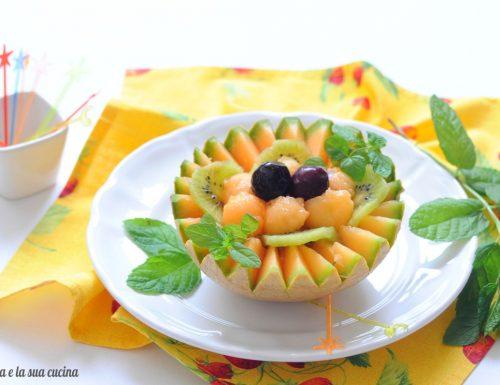 Cestino di melone retato con frutta mista