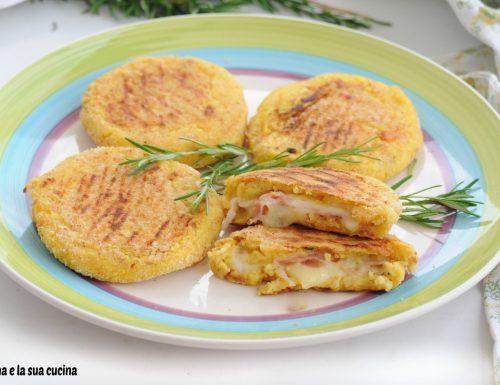 Medaglioni di patate farcite e cotte in padella