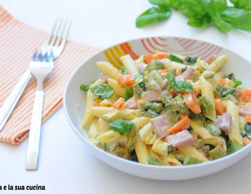 Pasta cremosa e colorata con verdure