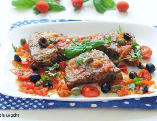 Tonno fresco con pomodori e olive