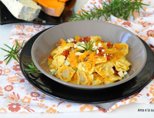 Tortellini con zucca, gorgonzola e pomodori secchi