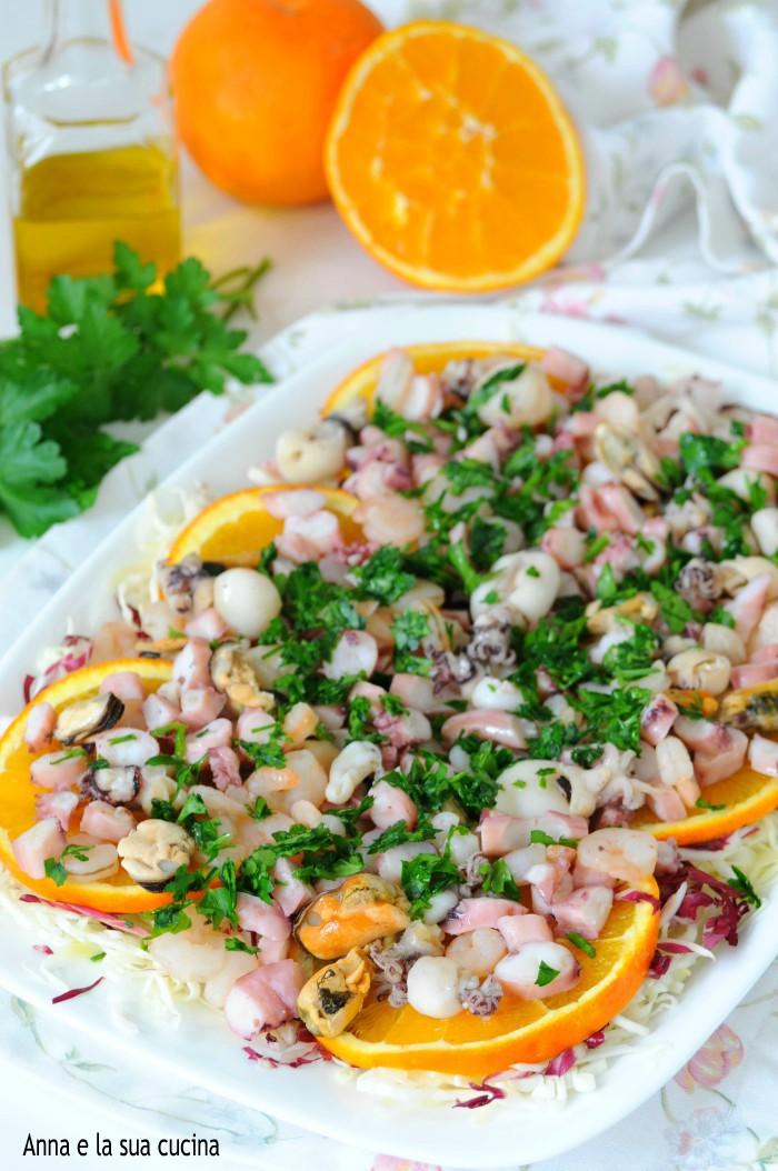 Insalata di mare con arance e insalatina