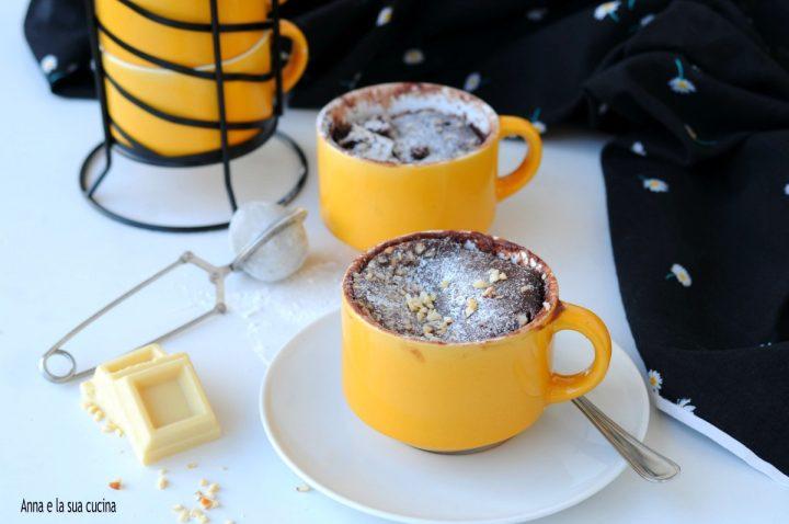 Mug cake con cuore morbido di cioccolato bianco