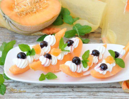 Barchette di melone con panna e amarene