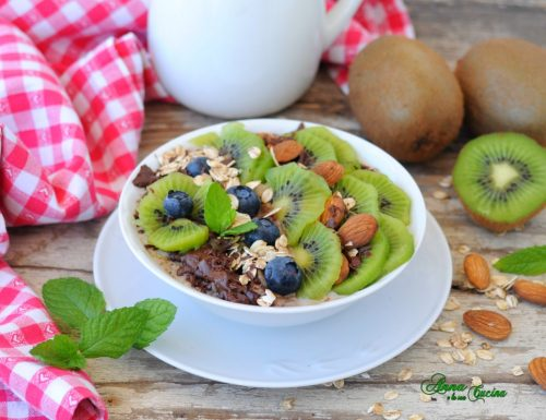 Porridge d'avena con kiwi e cioccolato