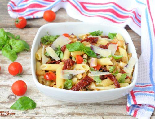 Insalata di pasta con pomodori secchi e melanzane