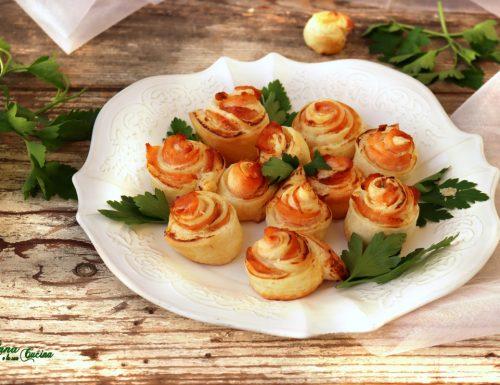 Roselline di sfoglia con salmone e formaggio