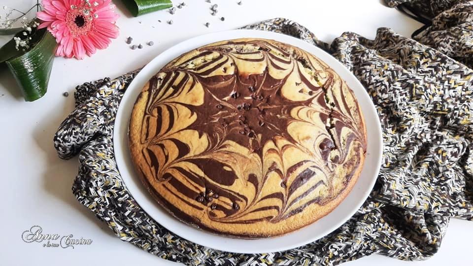 Torta variegata al cacao con gocce di cioccolato