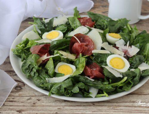 Insalata di spinaci con uova sode e bresaola