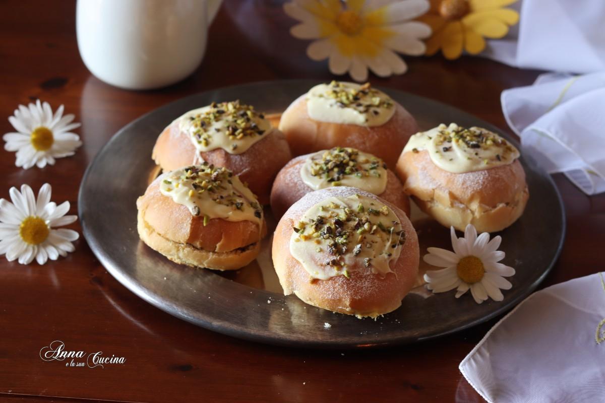 Brioche con crema pistacchio e cioccolato bianco